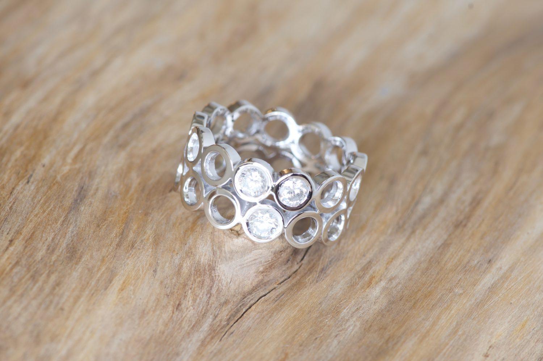 Bague Rolling, or blanc et diamants.