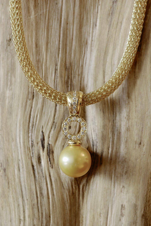 Collier Gold, or jaune, perle d'Australie et diamants.
