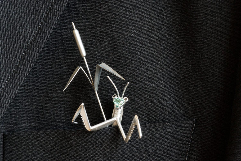 Ornement de pochette Mante religieuse, or blanc, tourmaline verte et diamants noir.
