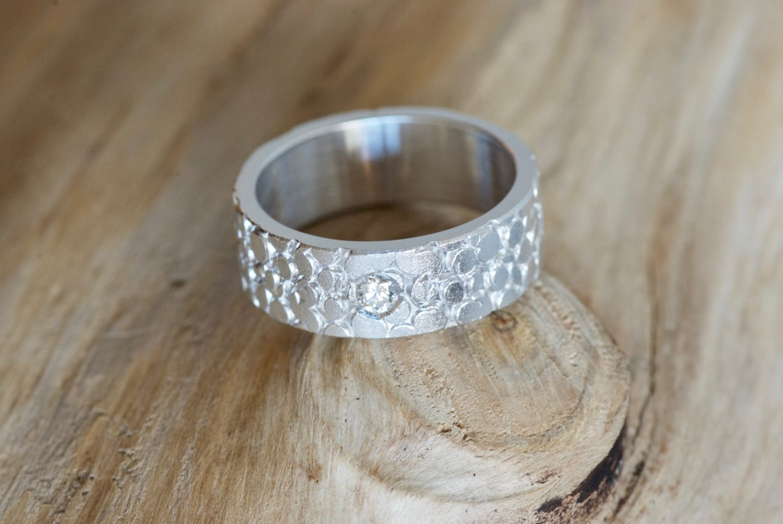 Solitaire Galuchat, or blanc et diamant.